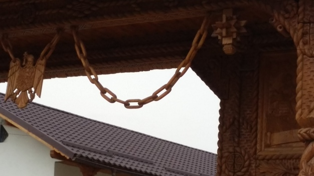 More wooden chains adorn the fancy gates.